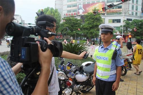 藤县电视台关注报道交警工作